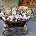 alter Kinderwagen mit vielen kleinen Bären_Salzburg