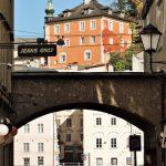Blick durch ein Tor zum Kapuzinerberg_Salzburg