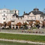 Salzachufer mit Häusern in der Mozart-Stadt