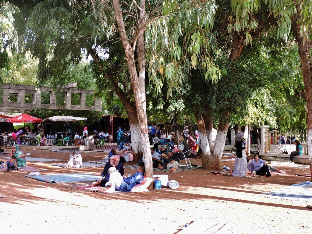 Menschen beim Picknick in Sidi Harazem