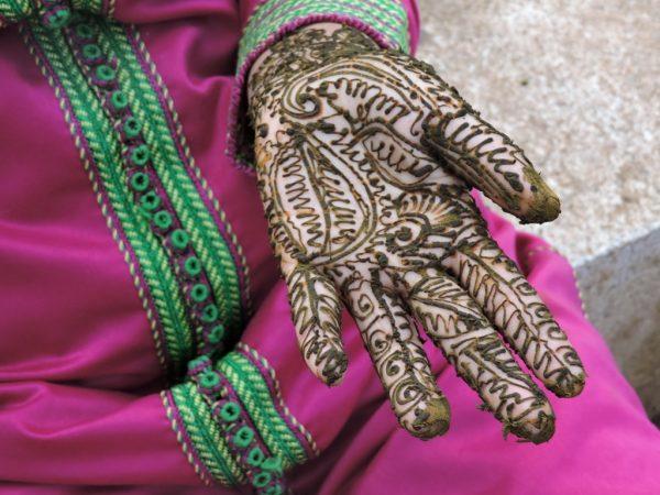mit Henna bemalte Hand