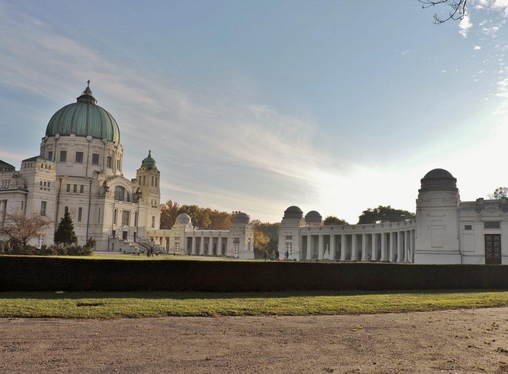 die Friedhofskirche mit Arkaden am_Wiener Zentralfriedhof