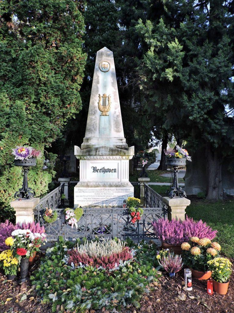 Beethoven Grab mit Blumenschmuck in Wien