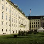 Hofburg Wien Seitentrakt mit Rasenfläche