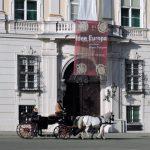 Fiaker fährt vor dem Bundeskanzleramt Wien