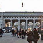 Menschen gehen durch das Äußeres Burgtor Wien