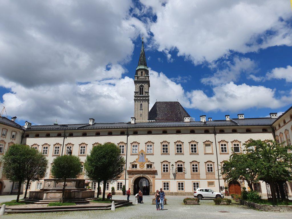 historischer Innenhof mit Kirchturm in Salzburg