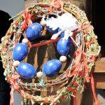 Kranz mit blauen Ostereiern
