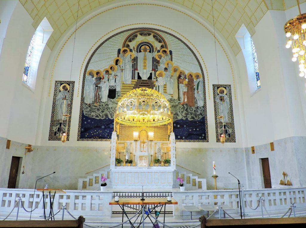 weiß-goldener Altarraum der Otto Wagner Kirche
