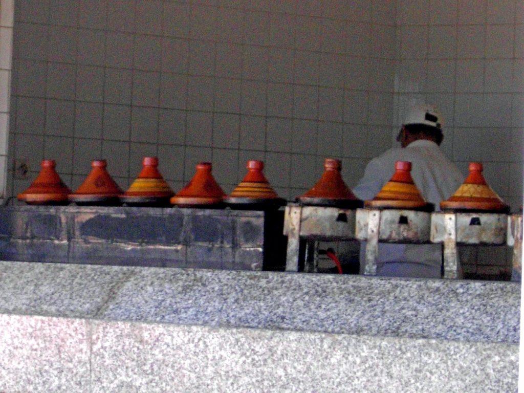 Restaurant-Küche mit einer Reihe von Tagines_Marokko