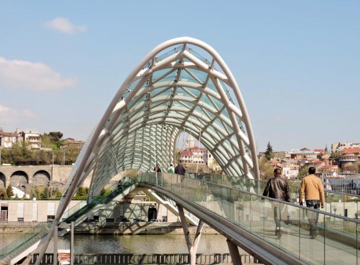 moderne Brücke in Tiflis: Schnittpunkt zwischen Europa und Asien