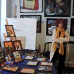 Künstlerin mit ihren Bildern_Tiflis