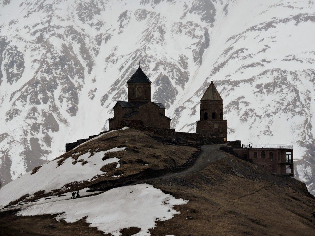 Wehkirche auf verschneitem Berg im Kaukasus Georgien