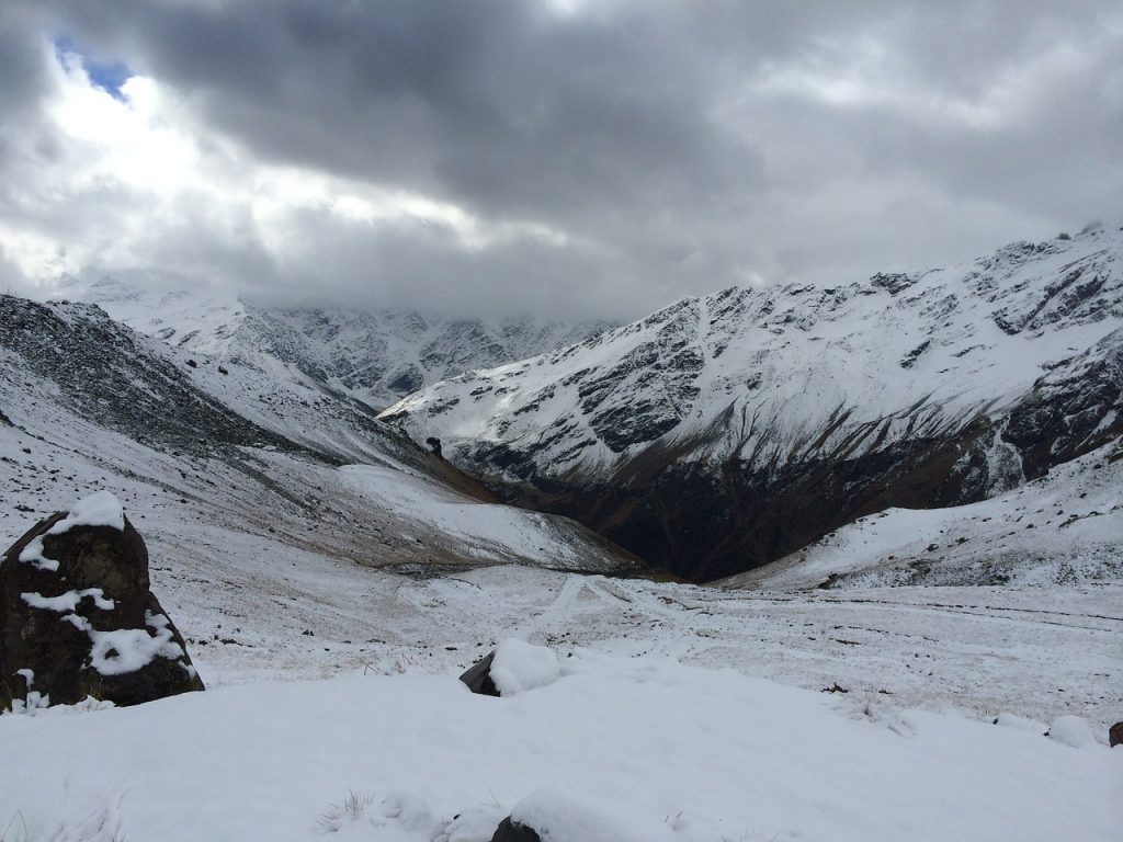 In der wilden verschneiten Bergwelt des Kaukasus Georgien