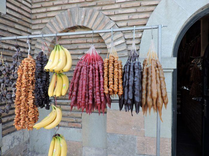 Aufgehängte getrocknete Weintrauben inTbilisi (Tiflis)