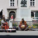 Straßenmusiker sitzend