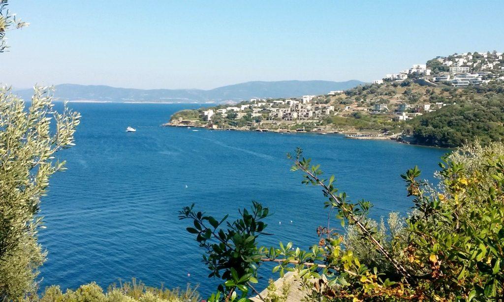 Blick von Oben aufs blaue Meer