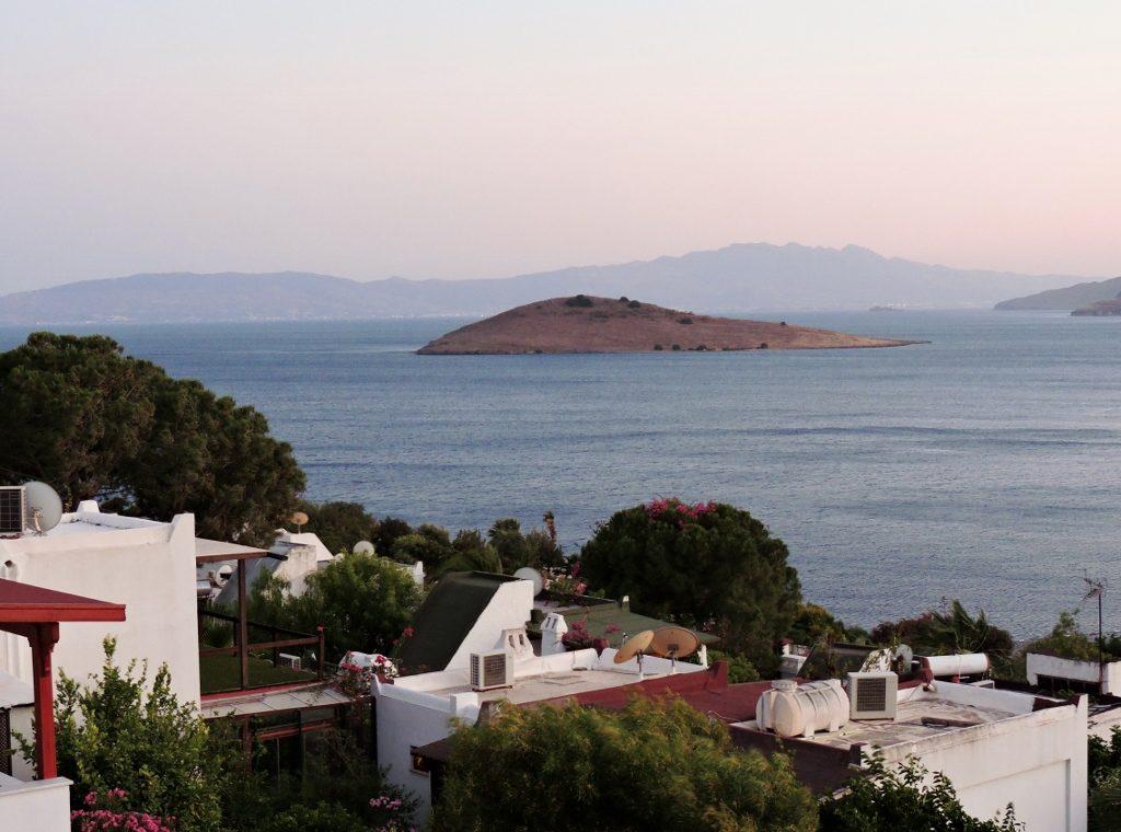 Meer-Blick mit weißen Häusern