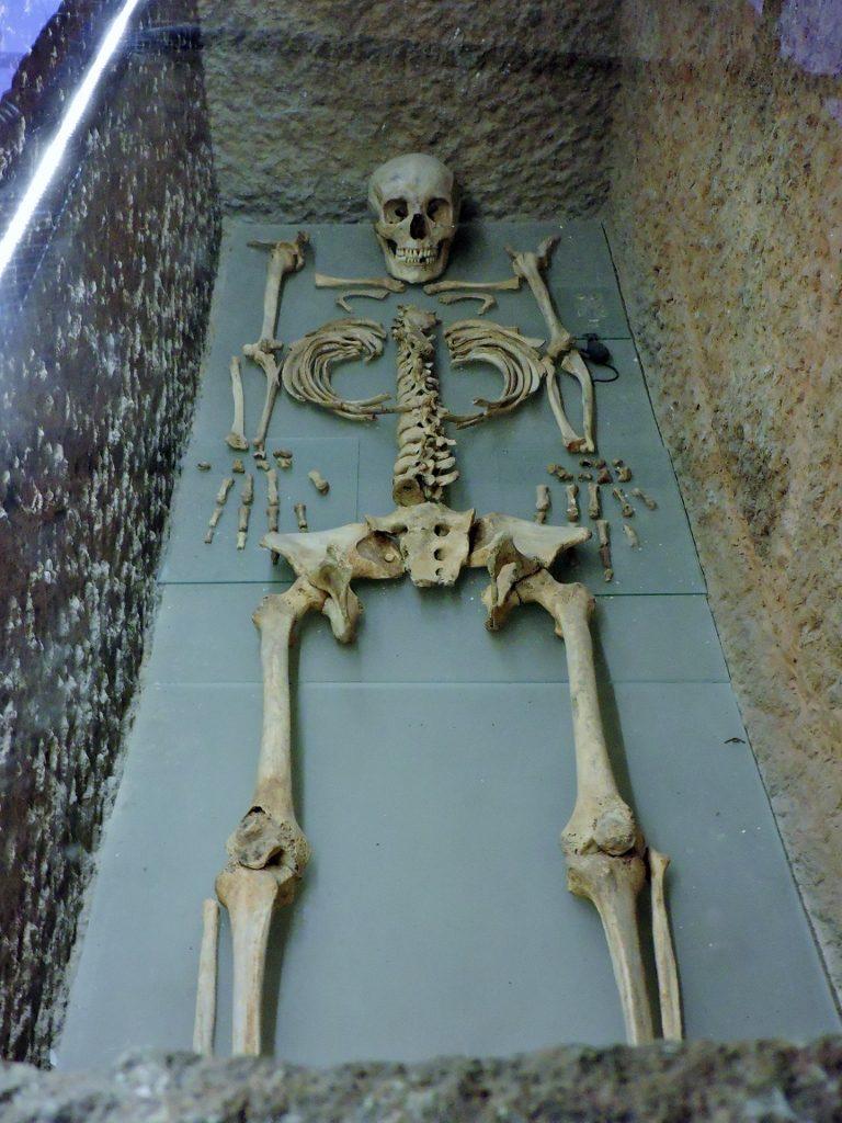 Skelett in einem steinernen Grab