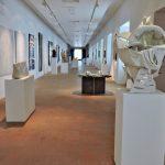 Ausstellungsraum mit Objekten