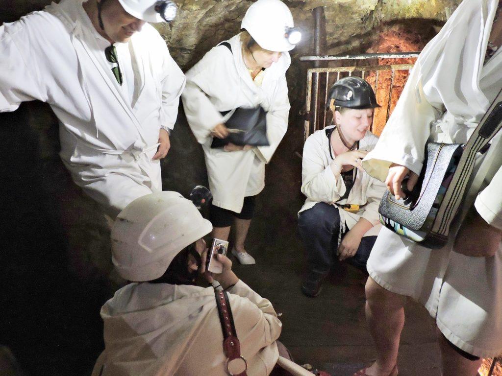 Besuchergruppe im Bergwerksstollen
