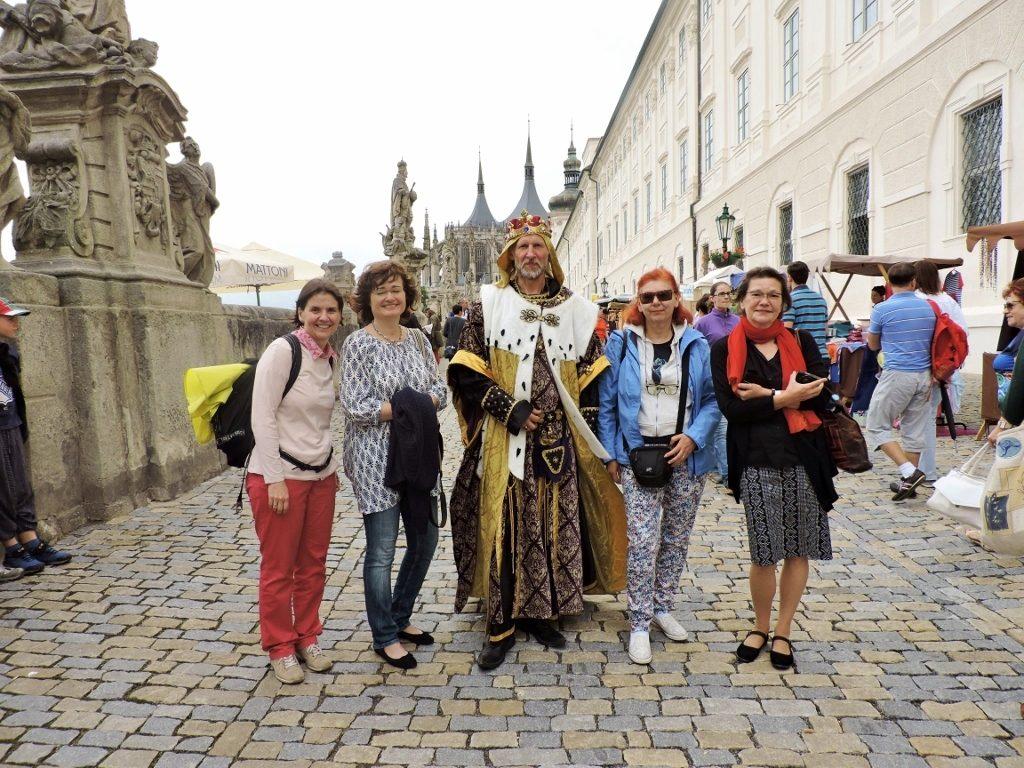 Verkleideter König mit Journalistengruppe