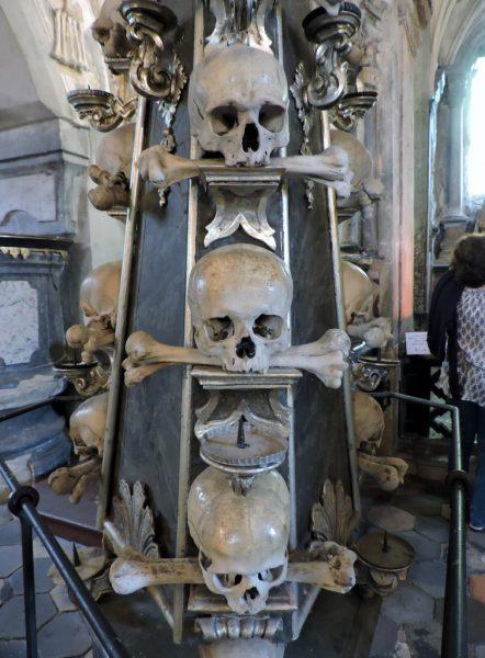 Totenschädel übereinander