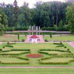 Schlosspark mit Springbrunnen im Zentrum