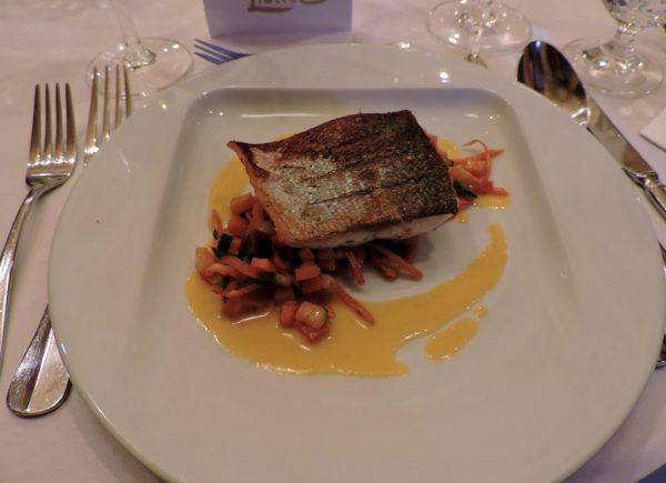 Fischgericht auf einem weißen Teller