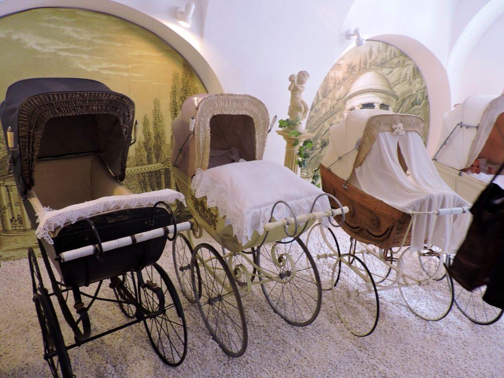 drei historische Kinderwägen aus Museum Melnik