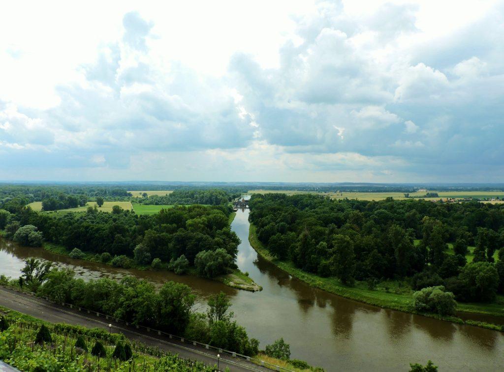 grüne Flusslandschaft zwischen Moldau und Elbe