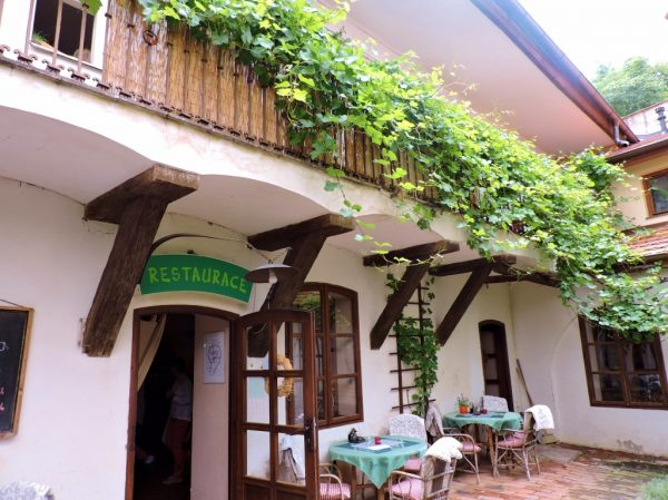 Innenhof mit begrüntem Holzbalkon