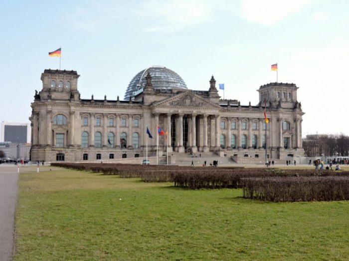 Reichstagsgebäude mit Wiese