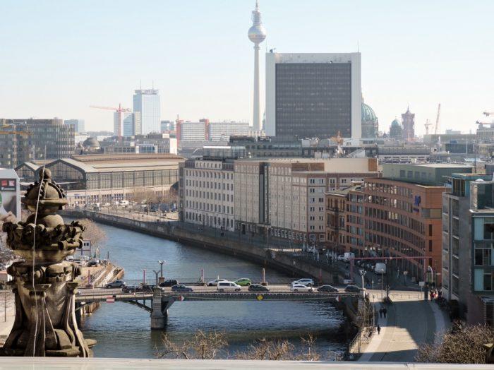 Blick vom Reichstagsgebäude auf Fluss