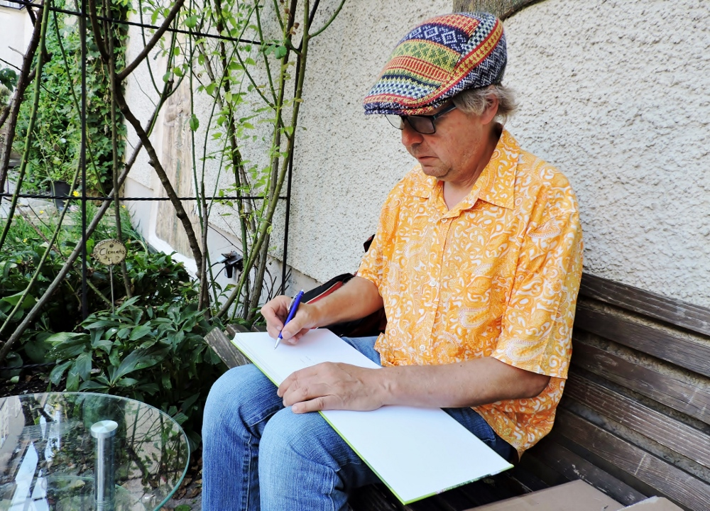 Norbert Kopf signiert sein Buch