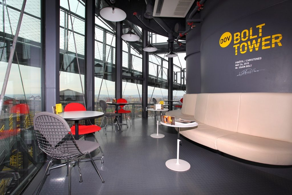 stylishes Café im Bolt Tower
