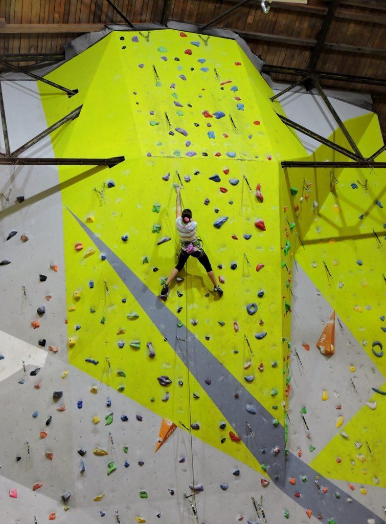 ein Mann klettert auf einer Kletterwand