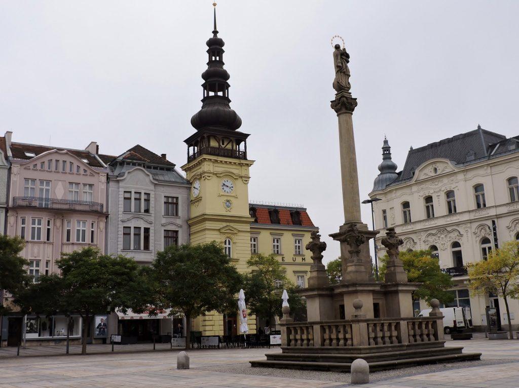Hauptplatz mit Kirche und Marienstatue