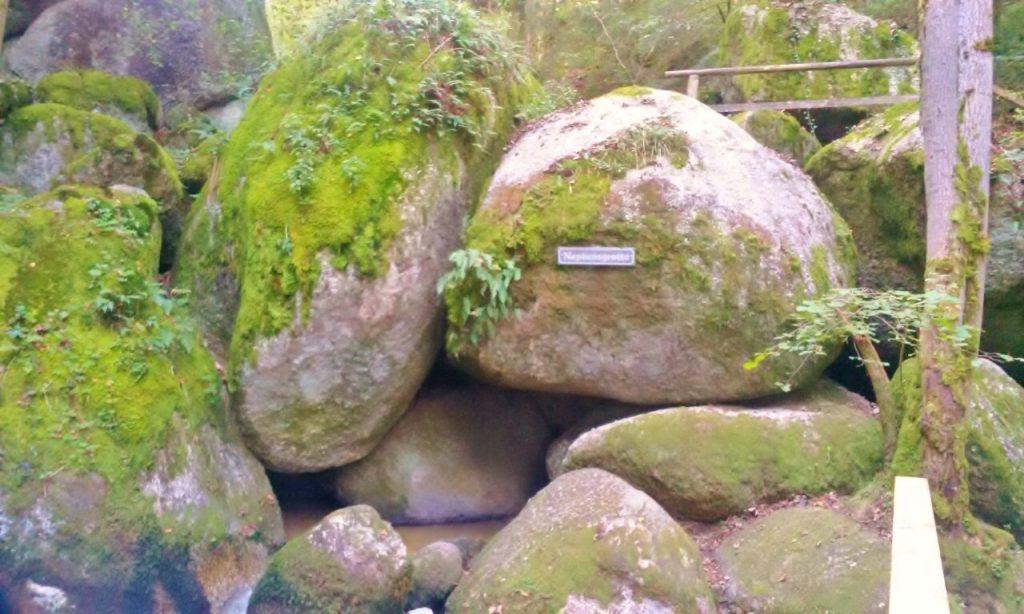 riesige runde Steine beim Wandern und Heilkunst