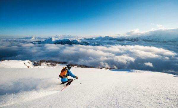 Skifahrer auf Skipiste in den Alpen, Salzburg Winteraktivitäten