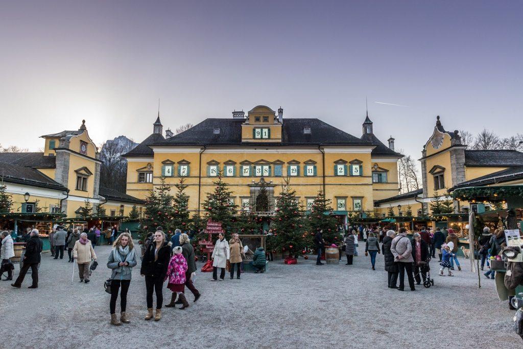 Weihnachtsmarkt in Salzburg Hellbrunn mit Schloss