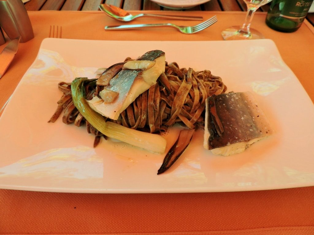 ein Fisch Gericht mit Moor zubereitet