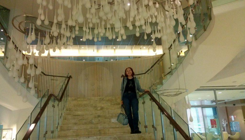 Hotel-Stiegenaufgang mit Riesenluster