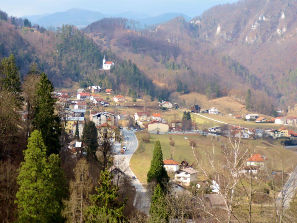 Blick auf einen Ort zwischen Bergen