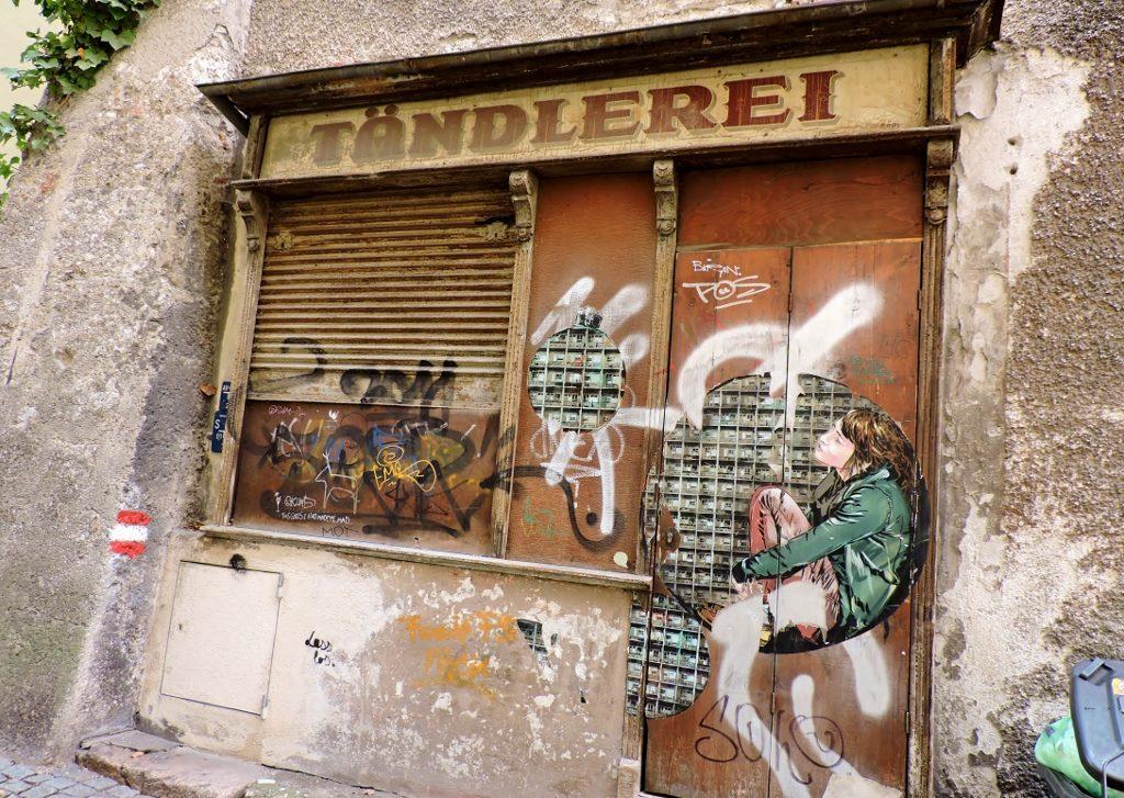 alte Geschäftsfassade mit geschlossenem Rolladen
