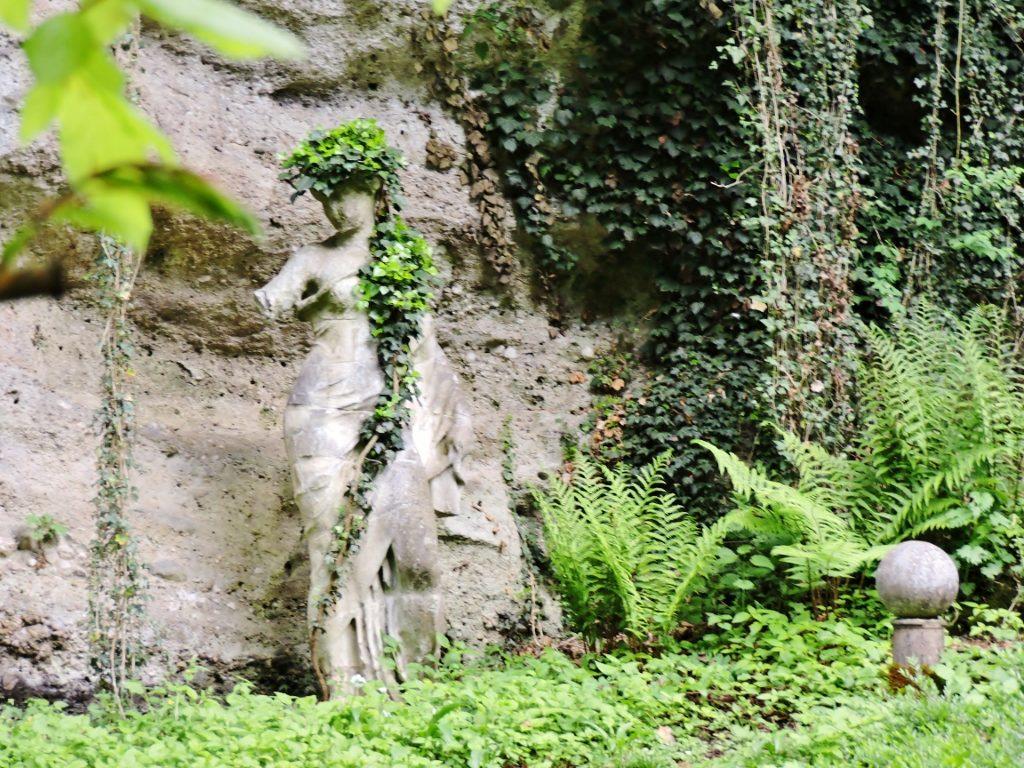 historischer Garten mit Steinstatue