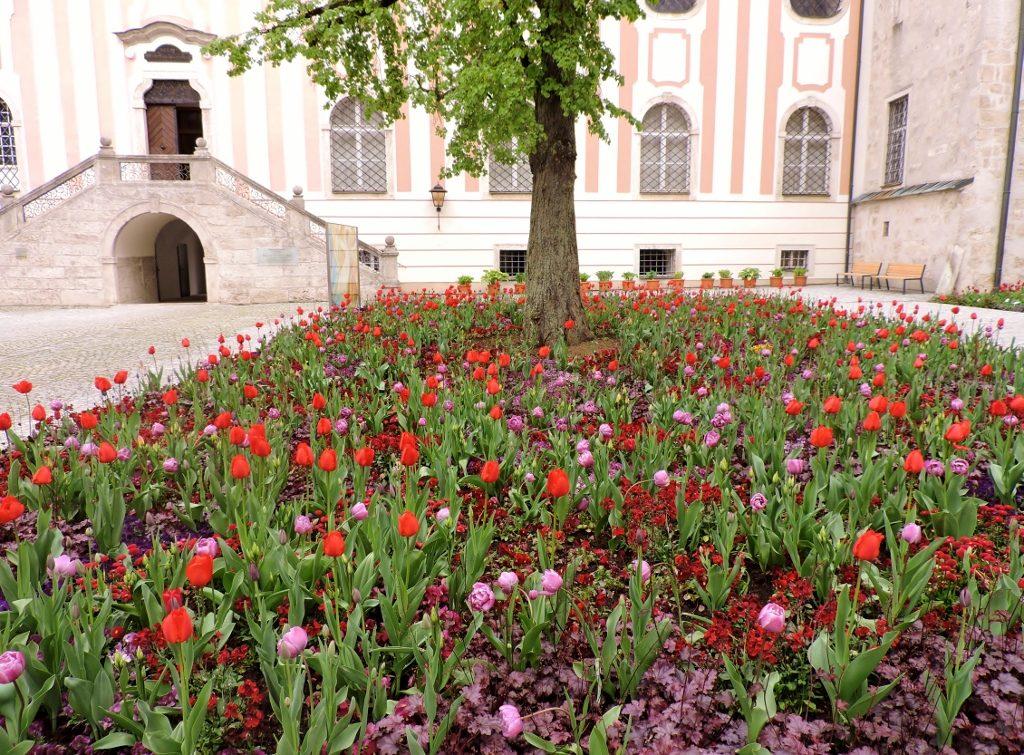 Gartenschau mit Blumen im Stift Kremsmünster