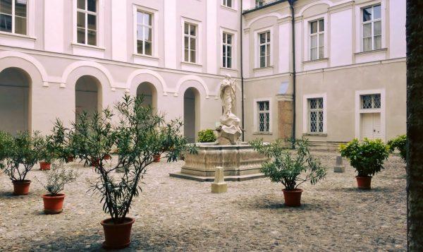 historischer Innenhof mit Brunnen