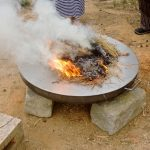 kleines Feuer auf Metallplatte
