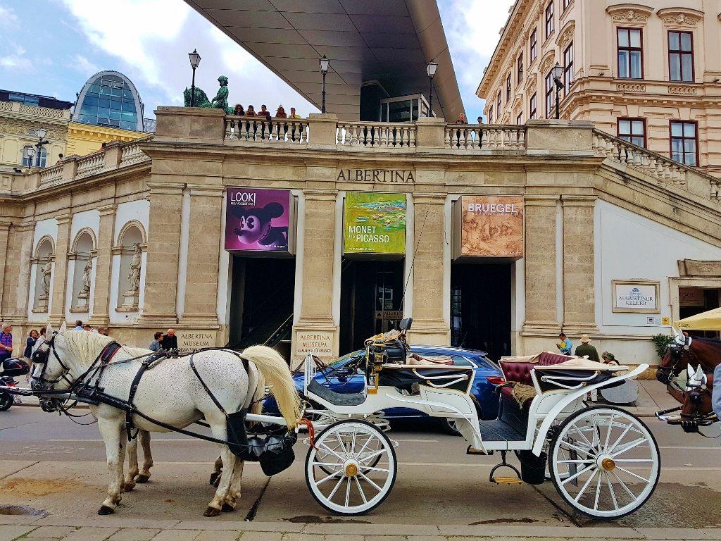 Fiaker vor der Albertina, Glück in Wien